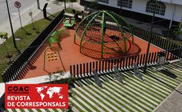 Parc infantil amb nens jugant.