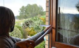 Persona mesurant una finestra