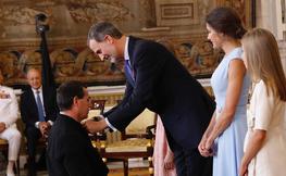 L'arquitecte Frederic Crespo sent condecorat pel rei d'Espanya