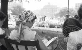 dones llegint a un banc, foto en blanc i negre