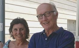 *A la fotografia, feta l'estiu del 2019, l'arquitecte i la seva dona tornant de veure sortir el sol a la platja de Castelldefels, com feien cada matí