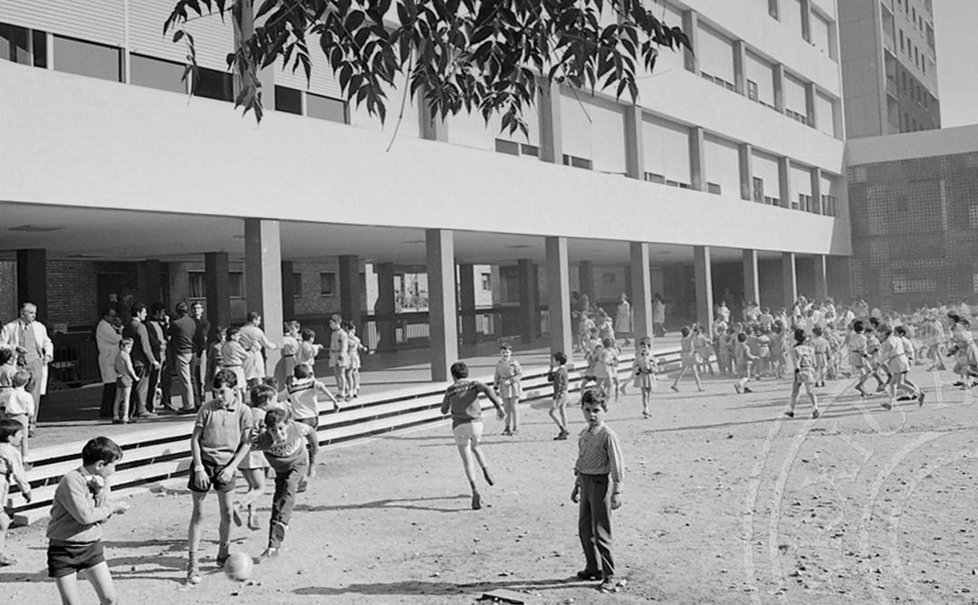 Imatge en blanc i negre de nois jugant al pati del col·legi.