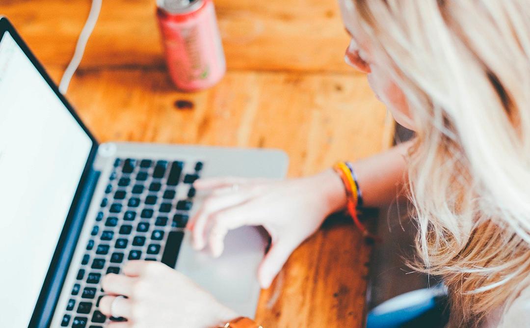 Una usuària seguint una formació online