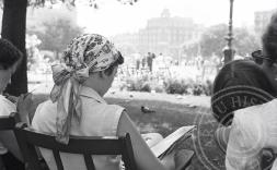 Dones llegint a Barcelona, foto en blanc i negre.