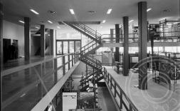 fotografia en blanc i negre de l'interior de la planta 0 del COAC